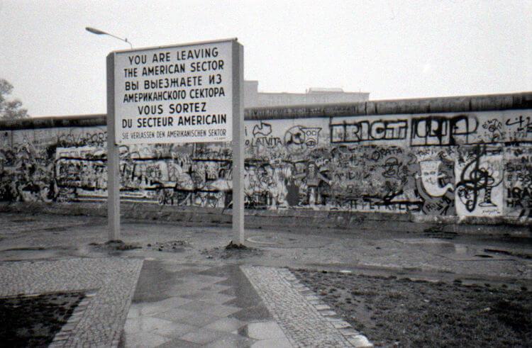Imagem do Muro de Berlim do lado ocidental tirada em 1988.**
