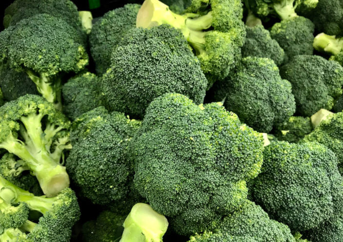 O brócolis é uma hortaliça com alto valor nutritivo, além de apresentar propriedades antivirais, antibacterianas e anticancerígenas.