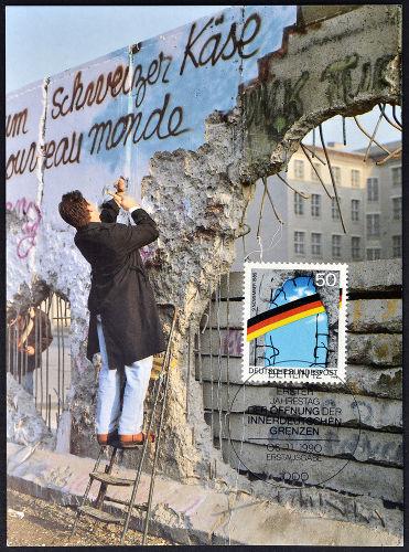 Cartão-postal alemão mostrando a derrubada do Muro de Berlim que aconteceu entre 1989 e 1990.*