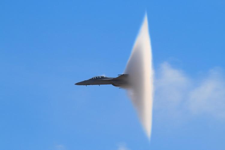 Alguns aviões conseguem ultrapassar a velocidade do som. Quando isso ocorre, ouvimos um grande estrondo, precedido da formação de uma onda de choque.