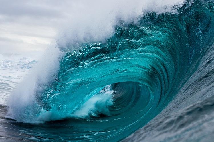Mesmo produzidas em várias direções, por causa da refração, as ondas do mar sempre chegam paralelas à costa