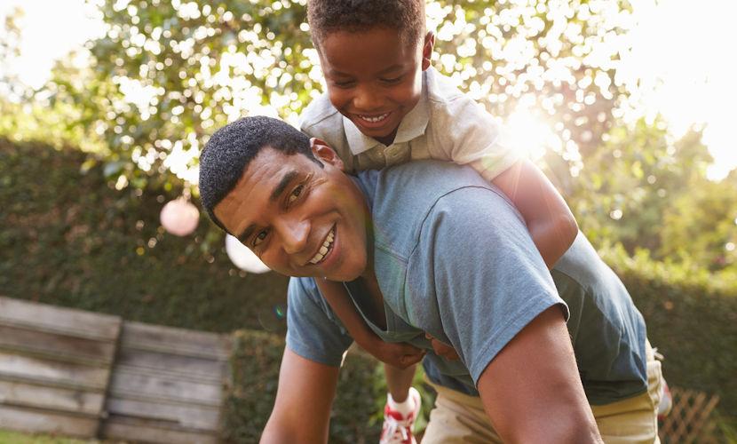 O Dia dos Pais, celebrado no segundo domingo de agosto, é uma forma de homenagear o cuidado que os pais dedicam aos seus filhos.