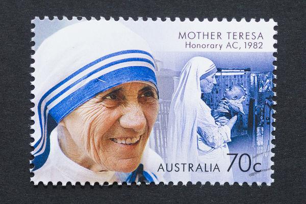 Aos 18 anos de idade, Madre Teresa deu início a sua vida religiosa ao ingressar nas Irmãs de Nossa Senhora de Loreto.[1]