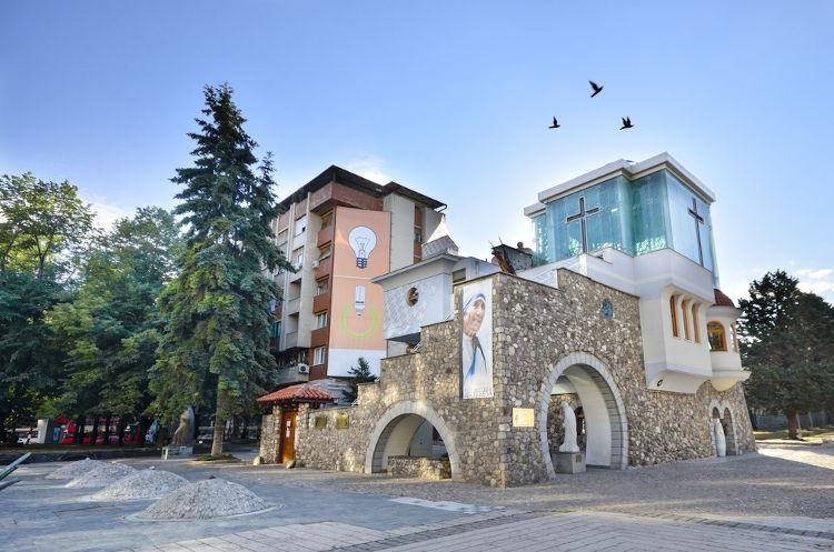 Memorial em homenagem a Madre Teresa na cidade onde ela nasceu: Skopje, na Macedônia do Norte.