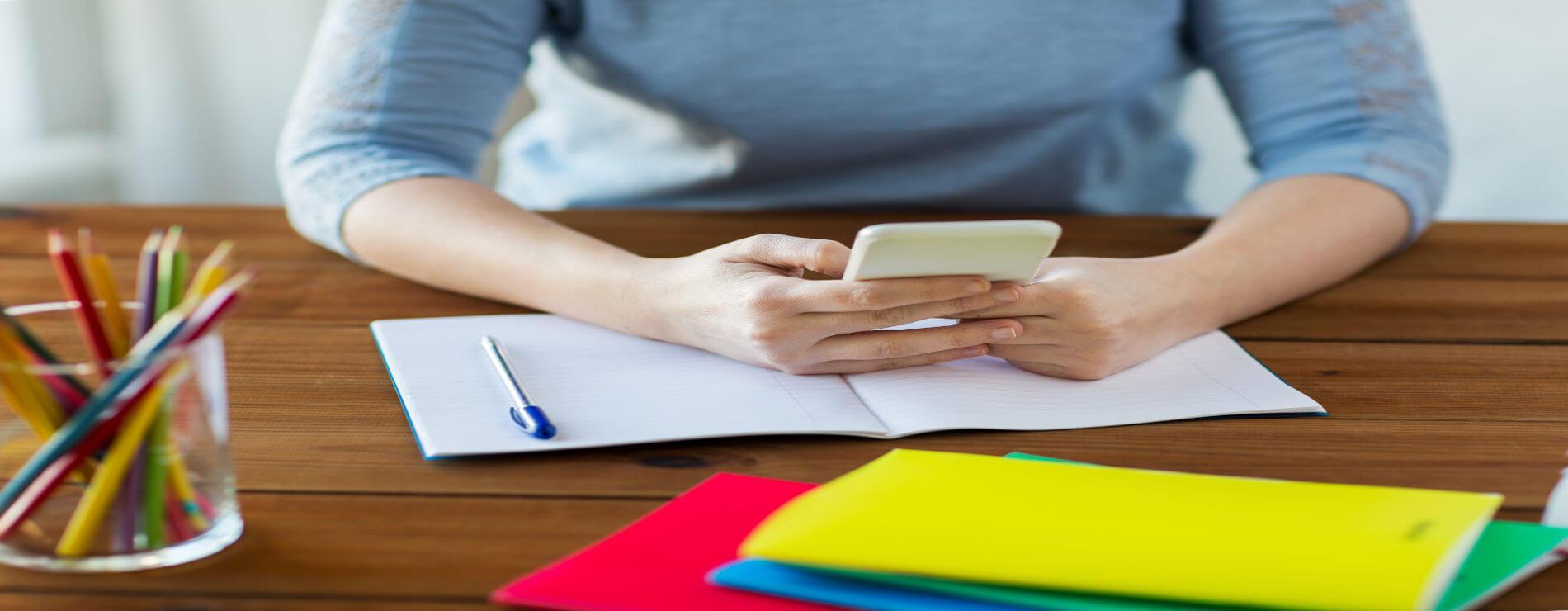 mesa de estudos com Smartphone