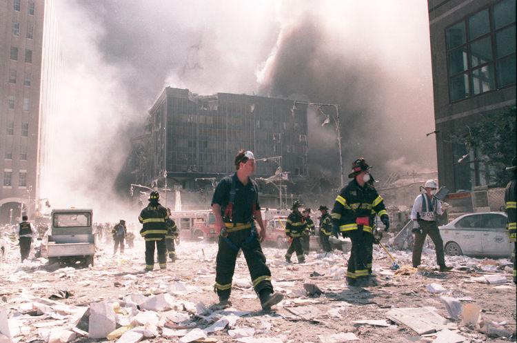 Os atentados de 11 de setembro foram realizados pela Al-Qaeda e resultaram na morte de quase três mil pessoas.[1]