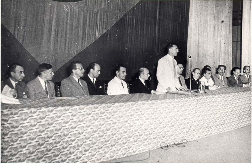 Da esquerda para a direita, Murilo Rubião é o quarto componente da mesa no Congresso Brasileiro de Escritores, em 1945. [1]