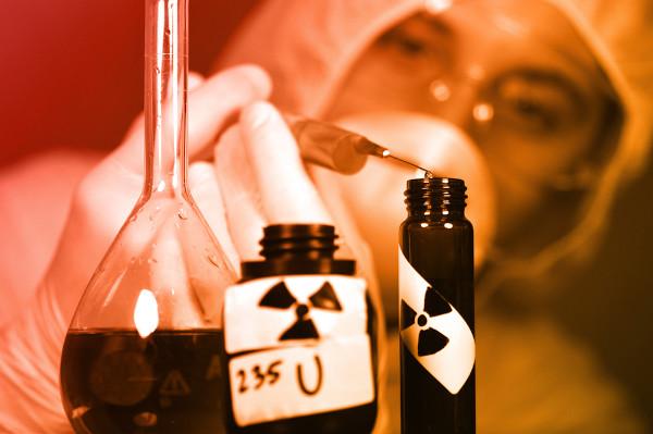 Fotografia de estudo em laboratório do elemento radioativo urânio.