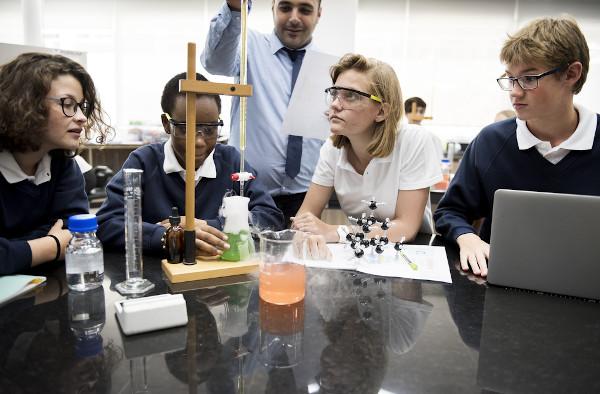 O estudo de química para o Enem pode ser visto como algo complicado, mas existem meios de torná-lo mais simples.