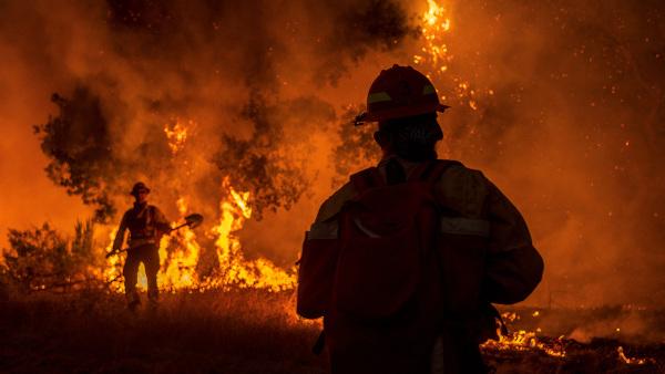 Bombeiros atuando no controle das queimadas no estado da Califórnia, Estados Unidos, em 2020.