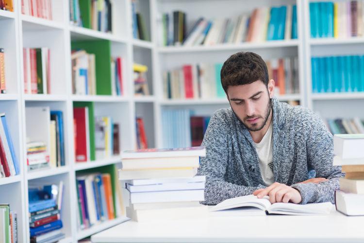 A alfabetização ajuda na emancipação da pessoa, tornando-lhe autônoma e ampliando seu acesso à cultura por meio da leitura.