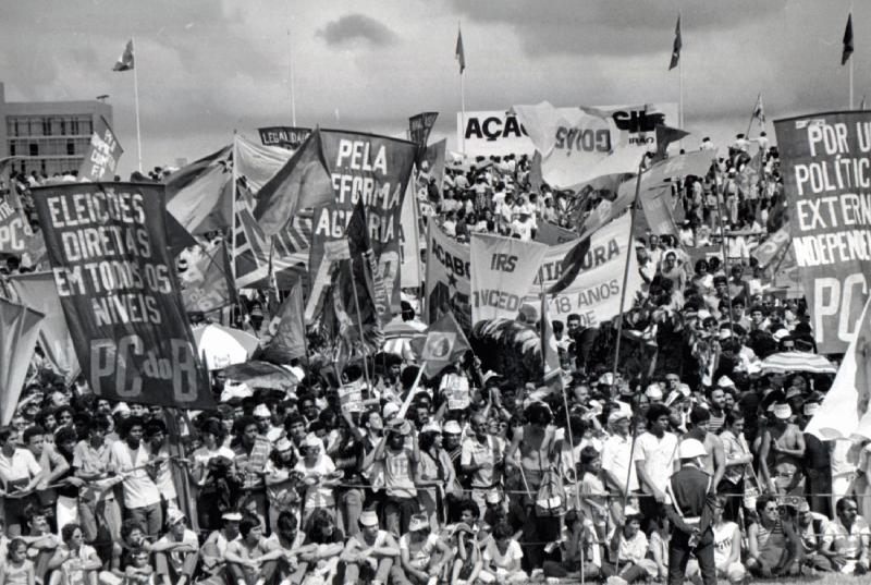 Manifestação do movimento Diretas Já reivindicando o retorno de eleições diretas para a presidência da República, em Brasília, 1984. [1]