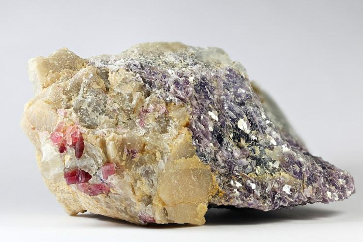 Imagem do mineral petalita com fragmentos de lítio.