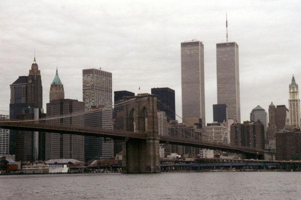 O World Trade Center, em Nova York, foi um dos alvos dos terroristas no 11 de setembro.[2]