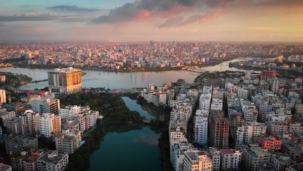 A cidade de Daca, capital de Bangladesh, apresenta um elevado crescimento populacional.