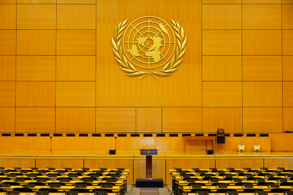 Interior de um auditório da ONU, onde são realizadas reuniões do órgãos componentes da instituição. [2]