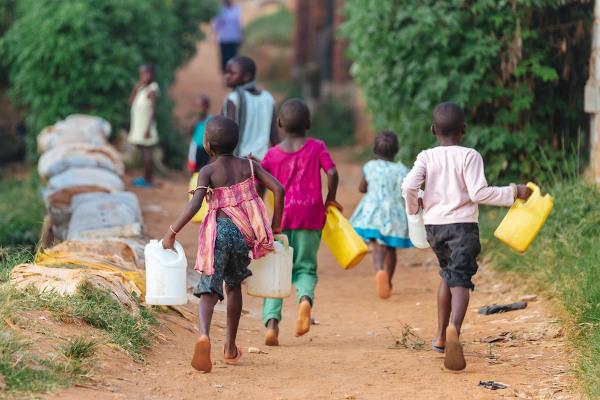 A dificuldade de acesso à água é uma consequência da pobreza extrema.