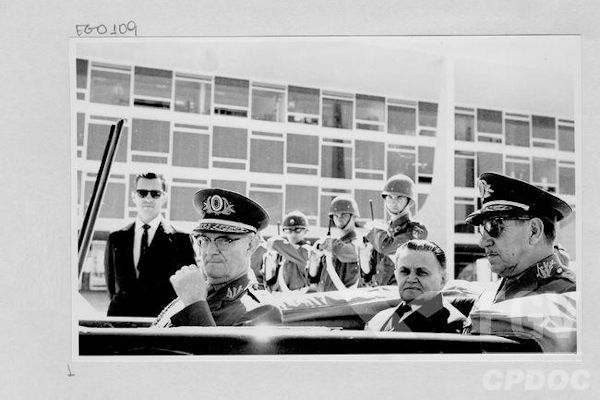 Na imagem estão três militares que ocuparam a presidência brasileira: Geisel, Castello Branco e Costa e Silva (da esquerda para a direita).[1]