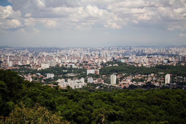 A expansão das cidades contribuiu para o elevado nível de degradação da Mata Atlântica em razão do impacto das atividades humanas nesse bioma.
