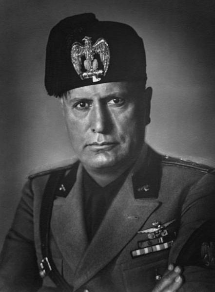 Mussolini governou a Itália entre 1922-1945, implantando os ideais fascistas de culto ao líder, unipartidarismo e contrários às liberdades individuais.