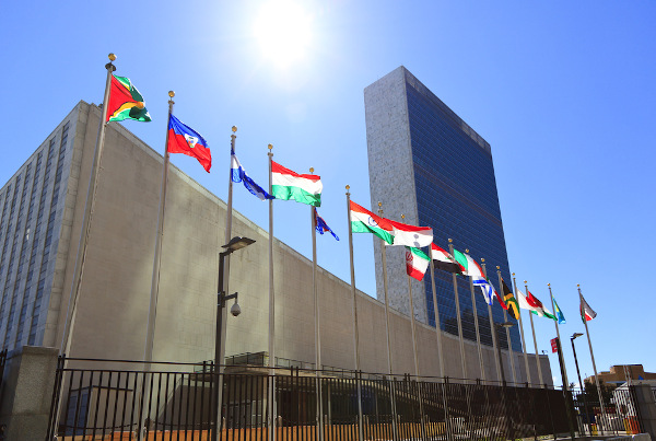 O prédio sede da ONU está localizado na cidade de Nova York (Estados Unidos). [1]