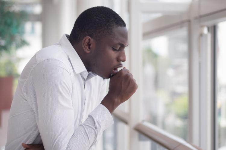Um dos sintomas da tuberculose é a tosse, a qual pode ser produtiva ou seca.