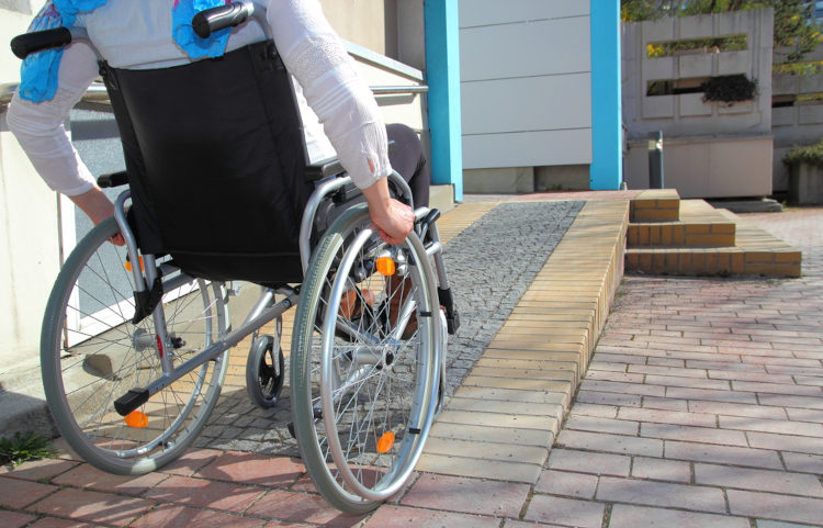 As pessoas com deficiência enfrentam barreiras que podem dificultar sua participação plena na sociedade.