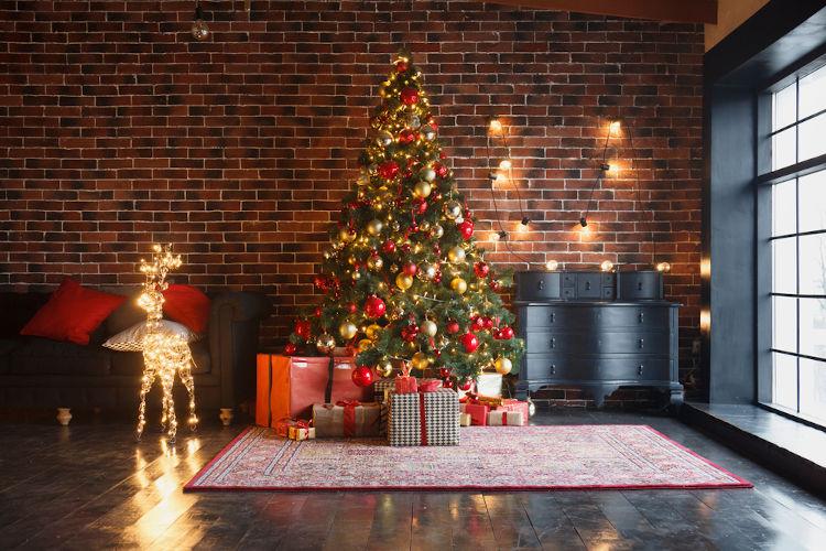 Uma das práticas natalinas é decorar-se uma Árvore de Natal. Acredita-se que essa prática tenha surgido na Europa, no final da Idade Média.