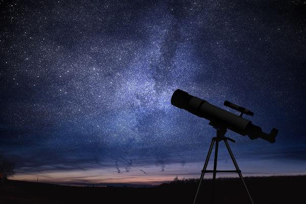 Astronomia é a ciência que estuda os corpos celestes, como planetas, asteroides, estrelas etc.