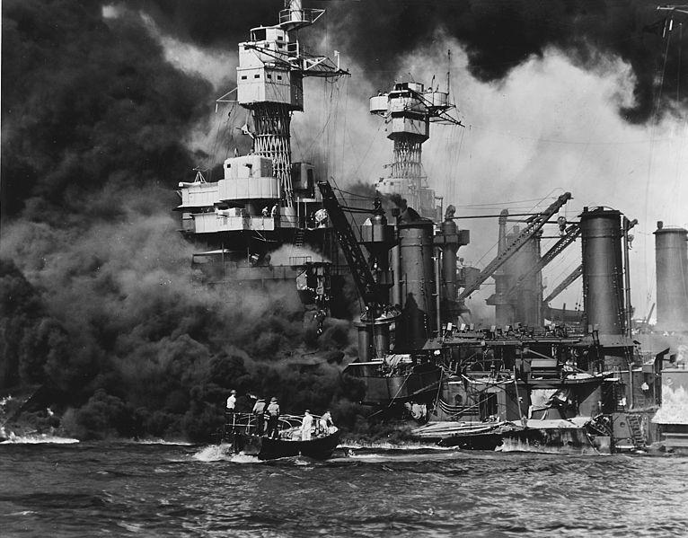 Ataque japonês a Pearl Harbor, em 7 de dezembro de 1941, causou a entrada dos Estados Unidos na Segunda Guerra Mundial.