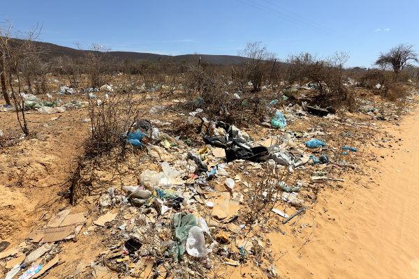 A degradação da Caatinga pode ser verificada pela quantidade de lixo depositado de forma irregular pela população local. [1]