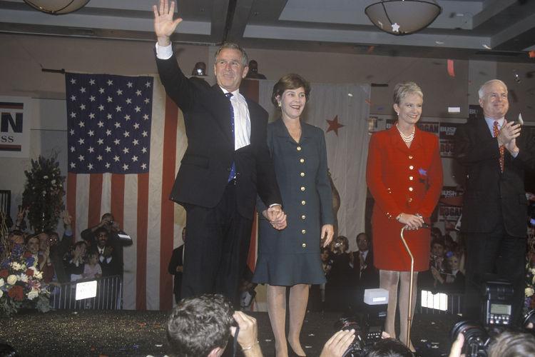 Nas eleições de 2000, o candidato republicano George W. Bush venceu uma das eleições mais apertadas da história norte-americana.[1]