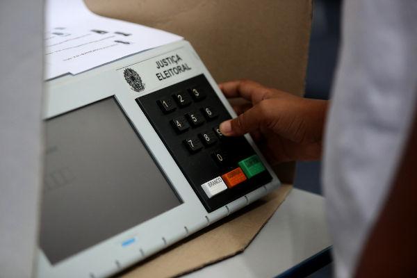 O atual sistema eleitoral brasileiro foi colocado em prática com a promulgação da Constituição de 1988.[1]
