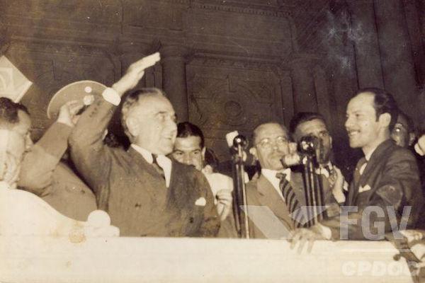 Durante o Estado Novo, Vargas ampliou sua comunicação com a população e ampliou a propaganda política.[1]
