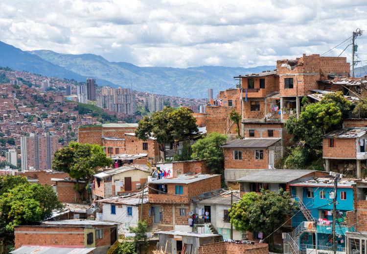 Nos países subdesenvolvidos, a rápida e desordenada urbanização gerou um aumento das ocupações irregulares, como as favelas.