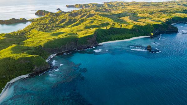 A presença de florestas tropicais e o relevo montanhoso são característicos das ilhas que formam Fiji.