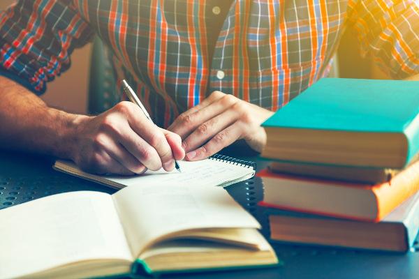 A resenha é um gênero interpretativo que resume e analisa um texto-fonte.