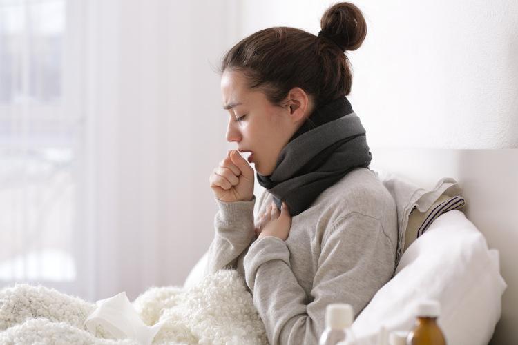 A gripe pode desencadear sintomas como febre, dores no corpo e tosse seca.