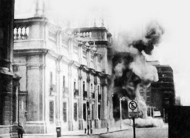 Palácio La Moneda, sede do Poder Executivo do Chile, sendo bombardeado pelas tropas golpistas em 11 de setembro de 1973. [2]