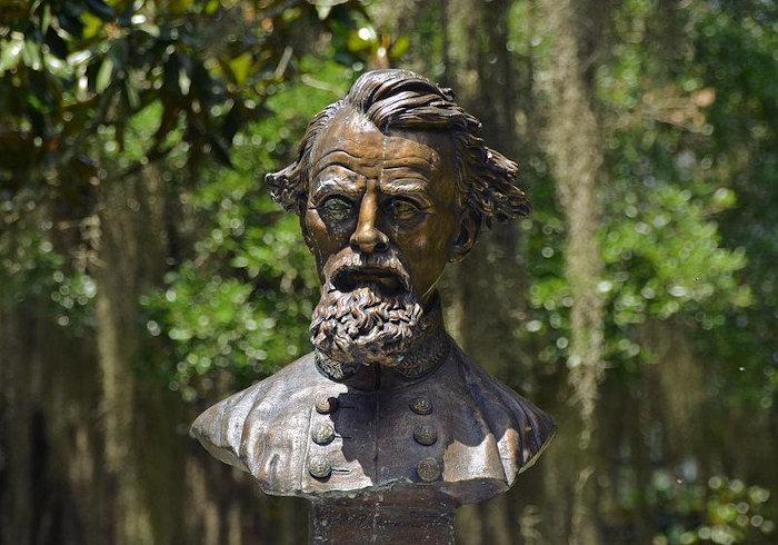 Nathan Bedford Forrest foi o primeiro fundador da Ku Klux Klan. [1]