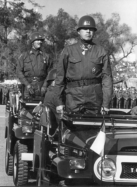 Pinochet, em desfile militar no ano de 1971. [2]