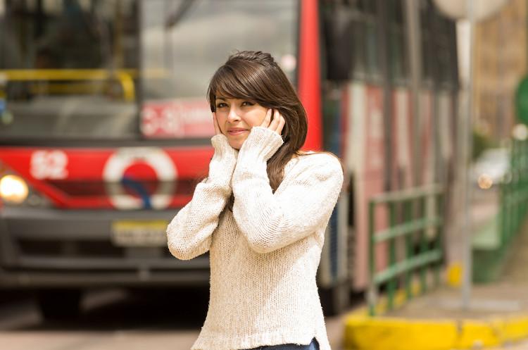 A poluição sonora pode desencadear estresse e dores de cabeça.