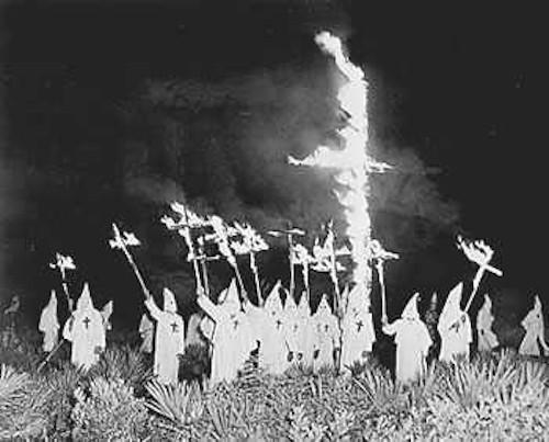 A queima de cruzes era uma das principais formas de ação dos integrantes da Ku Klux Klan como forma de perseguição e intimidação.
