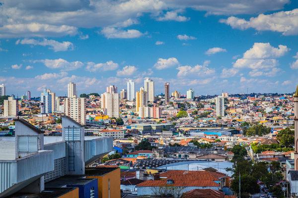 São Paulo é um grande aglomerado urbano que se formou, entre outras causas, pela busca de diversas pessoas por melhores oportunidades de vida.