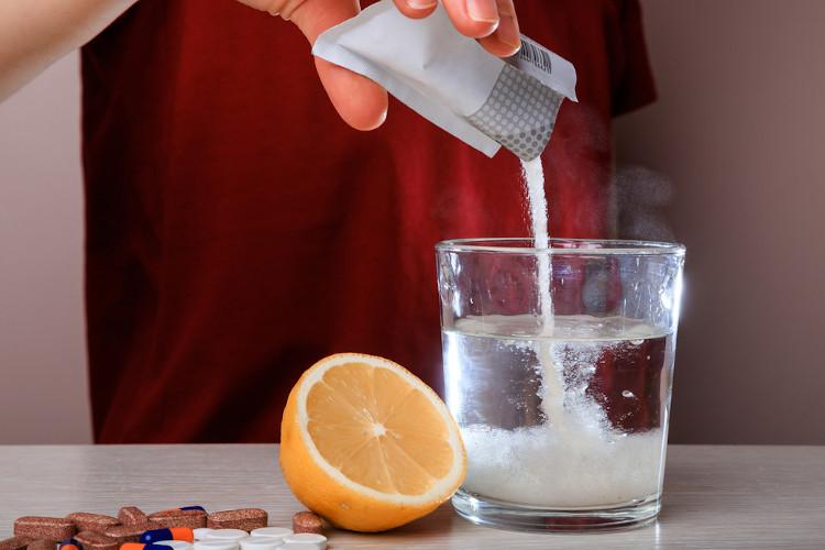 A solubilidade do soluto presente no sachê define se haverá dissolução total ou parcial do sal de fruta em água.
