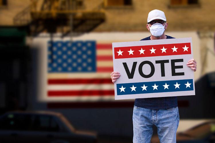 O voto nos Estados Unidos não é obrigatório, portanto os candidatos devem convencer os cidadãos a votarem.