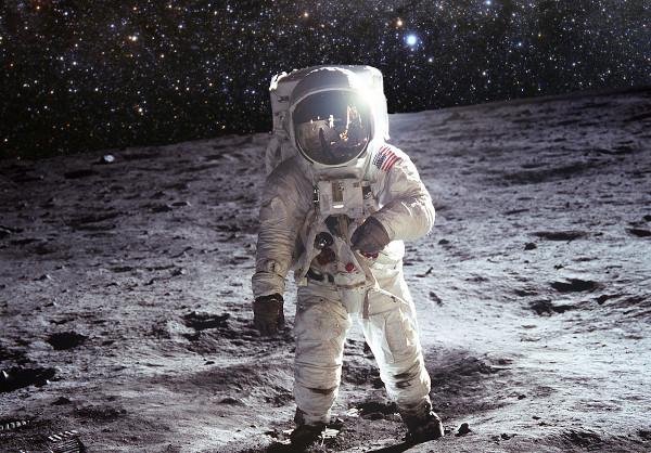 O astronauta sente-se mais leve na Lua, onde a gravidade é inferior, no entanto, sua massa é a mesma.