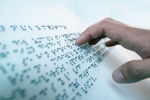 Braille é um sistema de escrita e leitura tátil em alto-relevo.