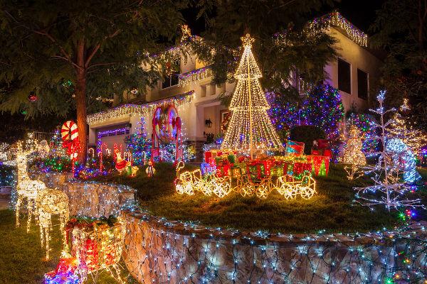 A decoração com luzes é uma das tradições mais populares do Natal.