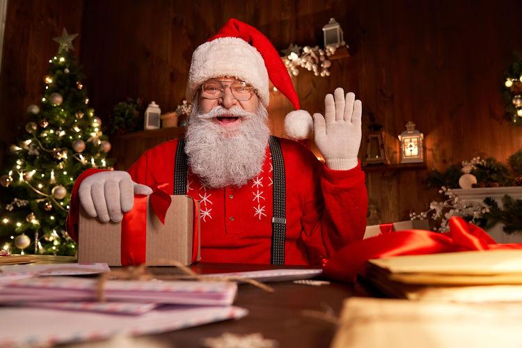A crença no Papai Noel deriva de São Nicolau, bispo grego do século IV d.C. conhecido por sua generosidade com os necessitados.